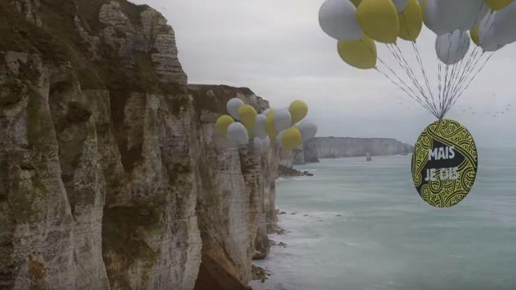 """Le clip du nouvel hymne des Enfoirés 2020 """"À côté de toi"""" nous balade à travers la France avec des paysages vus du ciel, dont les falaises de la Côte d'Albâtre."""