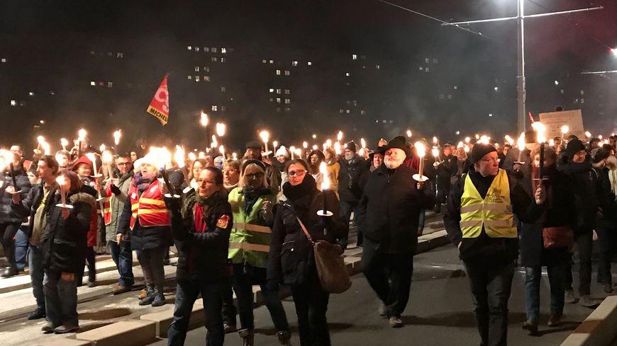 Plus de 350 personnes, opposées à la réforme des retraites voulue par le gouvernement, ont défilé, avec une torche enflammée dans la main, de la place Henri Dunant à la Préfecture du Puy-de-Dôme ce jeudi soir à Clermont-Ferrand.