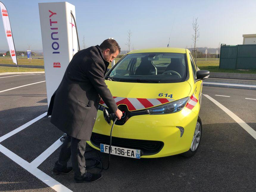 Sylvain Biondo explique comme charger un véhicule électrique.