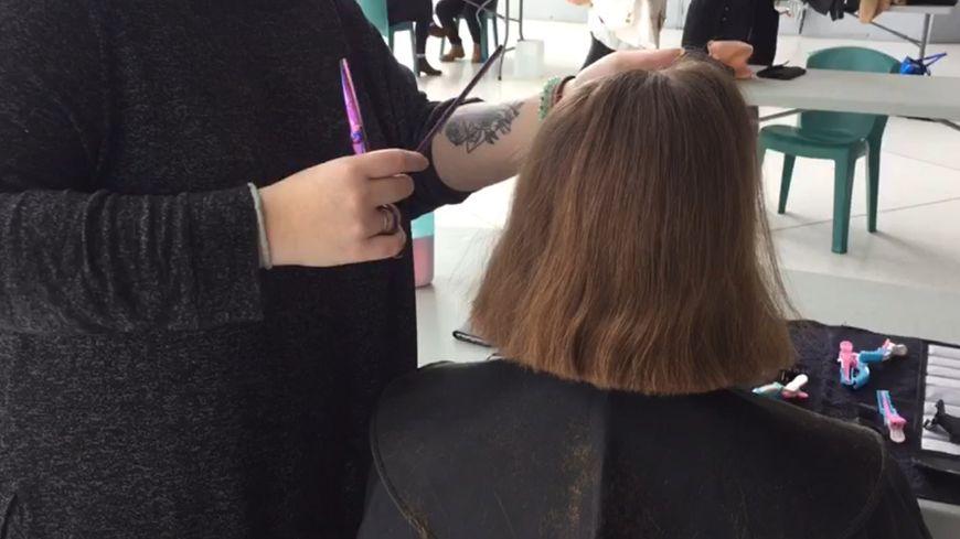Cinq étudiantes de l'INSA près de Rouen récoltent des mèches de cheveux pour réaliser des perruques et participer ainsi à la lutte contre le cancer.