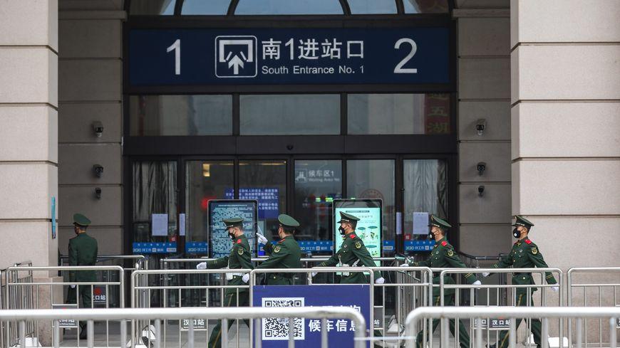 Dans les villes confinées comme à Wuhan, les rues sont désertes, les commerces fermés et la circulation réduite au minimum.