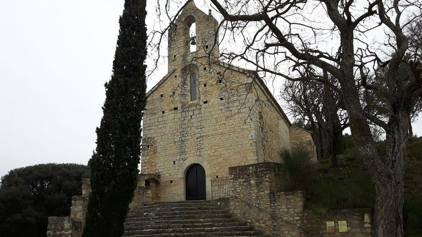 La chapelle romane Saint Jean Baptiste  classée à l'inventaire supplémentaires des monuments historiques depuis 1986  bâtie fin du XIème