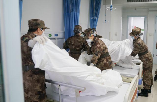Des membres d'une équipe de médecins militaires préparent une chambre pour accueillir des patients.