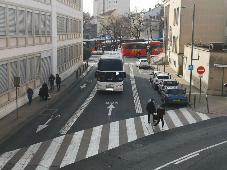 Un bus long trajet n'hésite pas lui aussi à quitter la gare routière de Béziers en empruntant le sens interdit