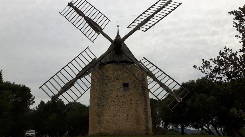 Moulin à vent de Vénéjan ( dans l'esprit de ceux de Daudet ) datant de 1813