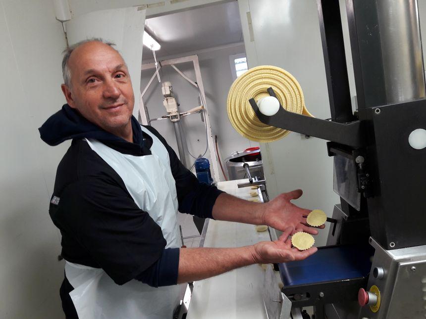 Christian Gimbrède dans l'atelier de fabrication des ravioles du Moulin Gourmand à Engomer