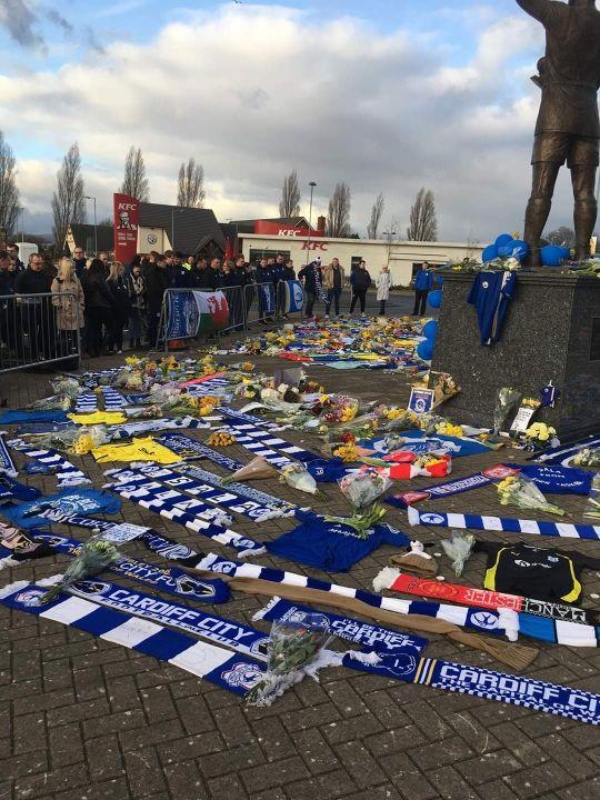 Depuis quelques jours, des dizaines de bouquets de fleurs, de maillots et d'écharpes sont déposés par les supporters gallois devant le Cardiff Stadium.