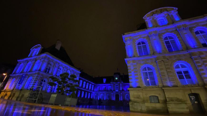 L'hôtel de ville d'Amiens illuminé en bleu, lundi soir.