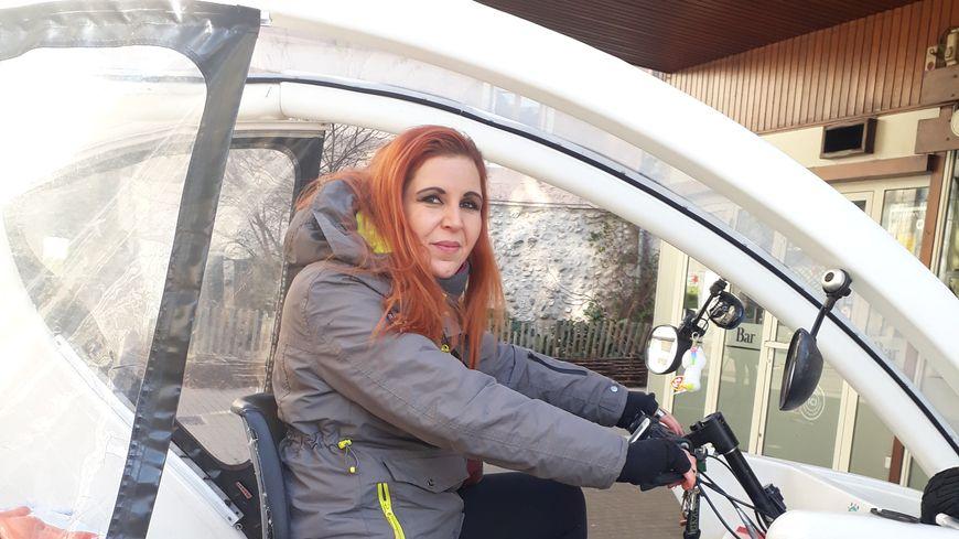 Gloria à bord d eson vélo taxi