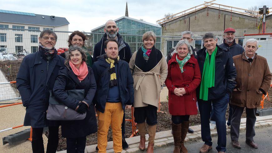 François Gibert (écharpe verte à droite) a été désigné tête de liste après un vote des membres du collectif NCES