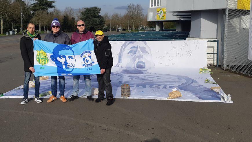 Michael et Thomas, deux supporters gallois, ont déployé une grande bâche sur laquelle est dessinée l'ancien attaquant du FC Nantes, Emiliano Sala,  devant la Beaujoire.