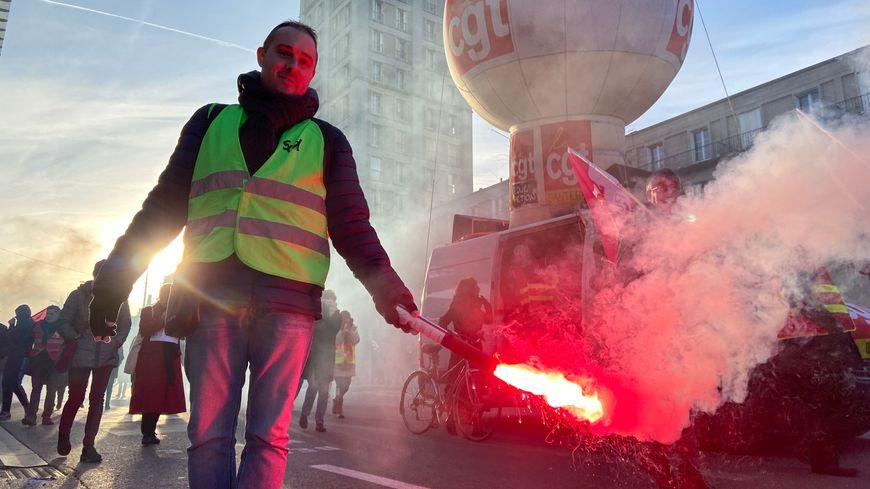 Un manifestant contre la réforme des retraites devant la gare d'Amiens, samedi 11 janvier.