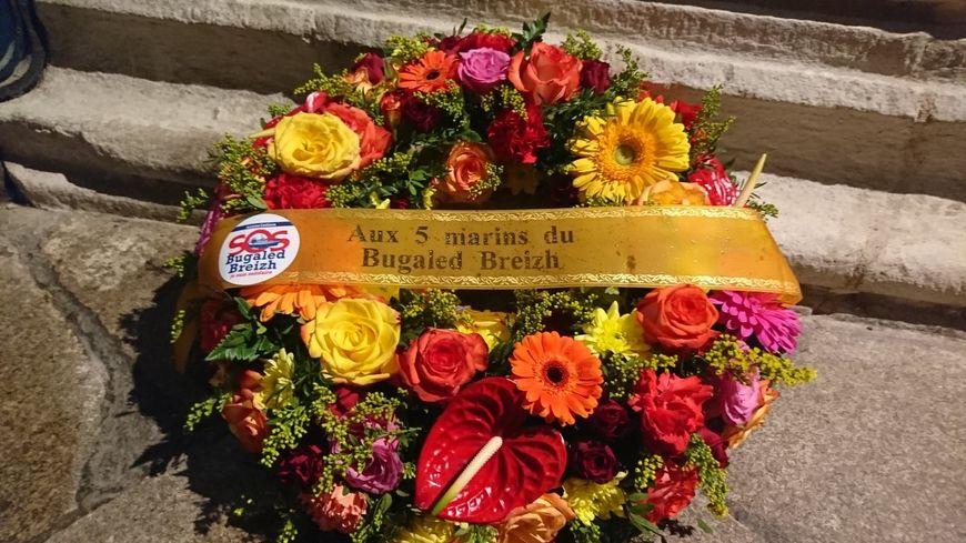 Une couronne de fleurs a été déposée aux pieds d'un gisant de la cathédrale Saint-Corentin de Quimper