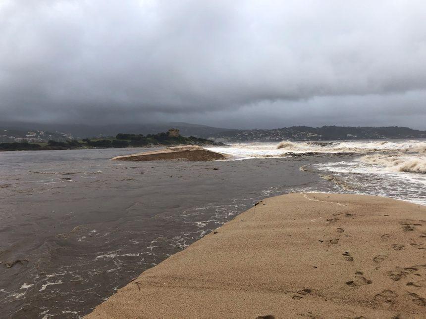 Lors de la tempête, la forte houel d'ouest avec des creux de cinq mètre a empêché la Gravona et le Prunelli de se jeter normalement en mer, et favorisé l'inondation du site de l'aéroport.