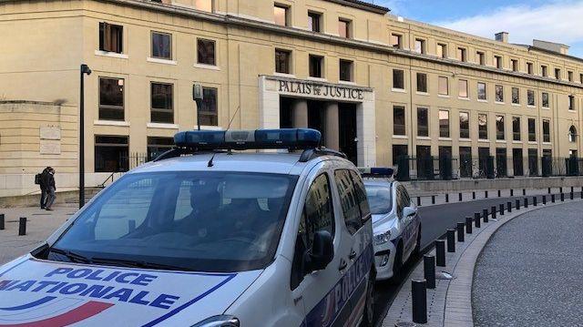 Une voiture de police devant le palais de justice de Nîmes.