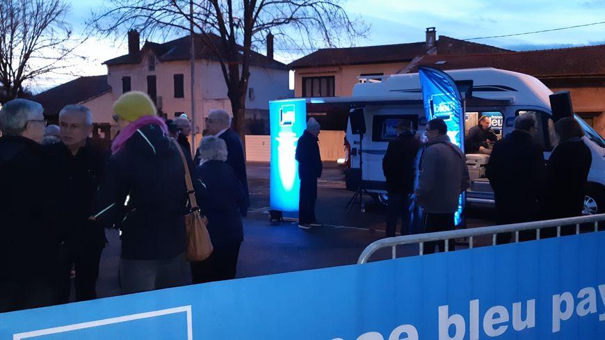 Le municiVan de France Bleu installé sur la place Gardet à Cournon-d'Auvergne