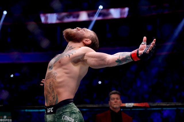 McGregor est devenu en 2016 le premier combattant de l'histoire de l'UFC à décrocher deux titres dans deux divisions différentes en même temps, poids plumes et poids légers.