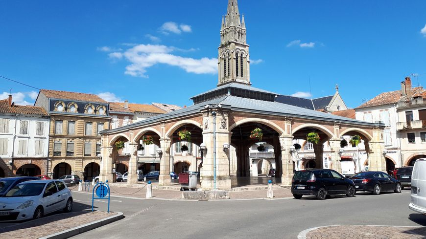 Halle et Clocher de l'église de Valence d'Agen (82)