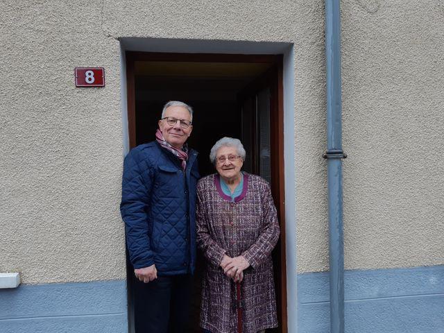 Chaque vendredi, le maire apporte son pain à Jacqueline, presque centenaire. Il n'y a plus aucun commerce au village.
