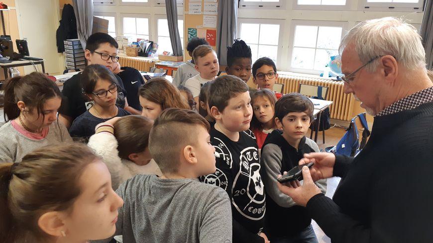 Les élèves de CM2 ont préparé l'interview et posé des questions à un invité pour leur émission sur les déchets retrouvés dans la nature
