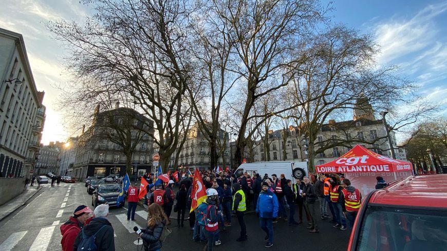 Les opposants à la réforme des retraites devant la préfecture de Loire-Atlantique ce vendredi