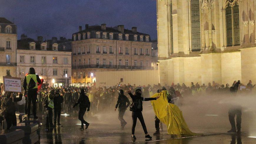 Olivier Beziade a été blessé pendant de violents heurs entre force de l'ordre et manifestants en marge de la manifestation des gilets jaunes à Bordeaux le 12 janvier 2019