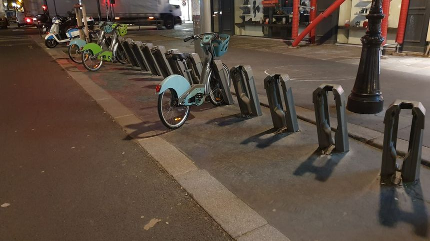 Une station de vélib presque vide sur la rue de Rivoli à Paris