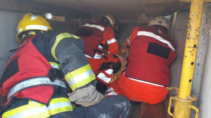L'équipe sauvetage déblaiement au travail.