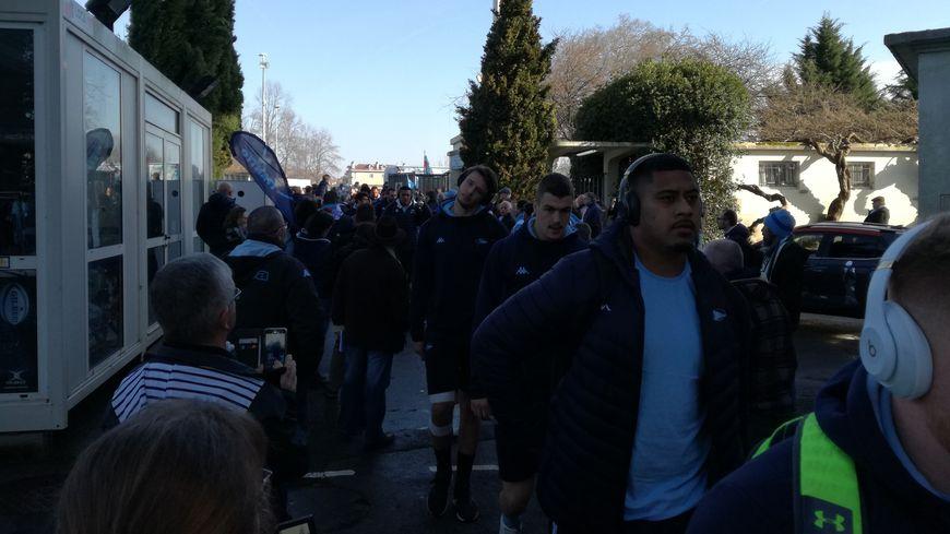 Plusieurs centaines de supporters sont venus accueillir l'arrivée des joueurs de l'Aviron à Jean-Dauger