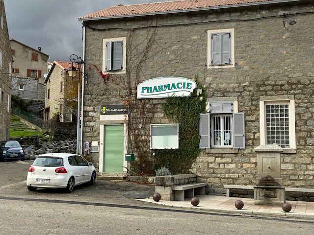 La pharmacie a fermé en fin d'année dernière, ce qui a causé un grand trouble dans le village