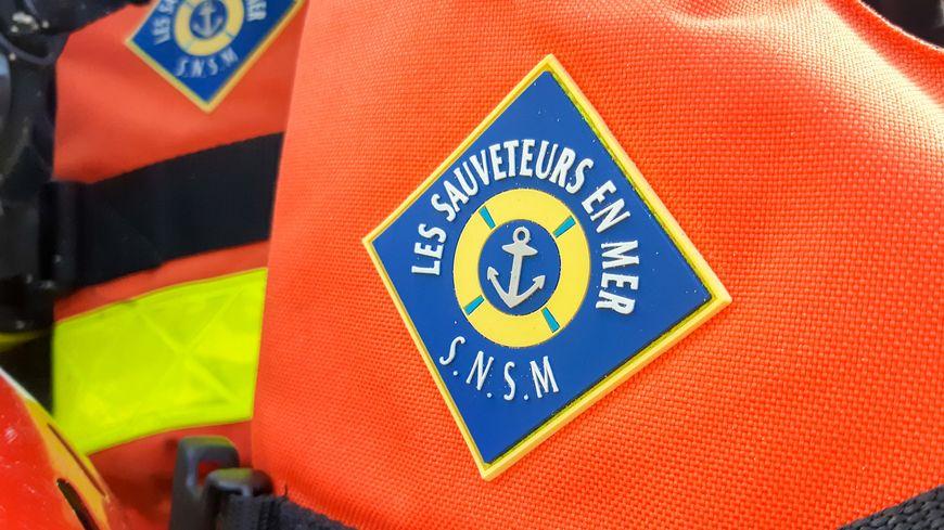 La vedette Eric Tabarly SNS 158 est intervenue sans parvenir à remettre à flot le bateau.