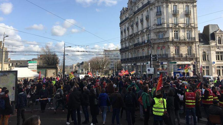 Au moins de 2500 personnes ont de nouveau défilé dans les rues de Limoges ce vendredi matin avant de pique-niquer au carrefour Tourny.