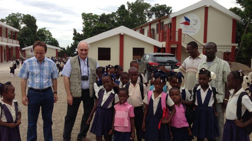 Le 17 mai 2012, le secours populaire inaugurait l'école de la solidarité, à Rivière-Froide, à Haïti, détruite lors du séisme de 2010.