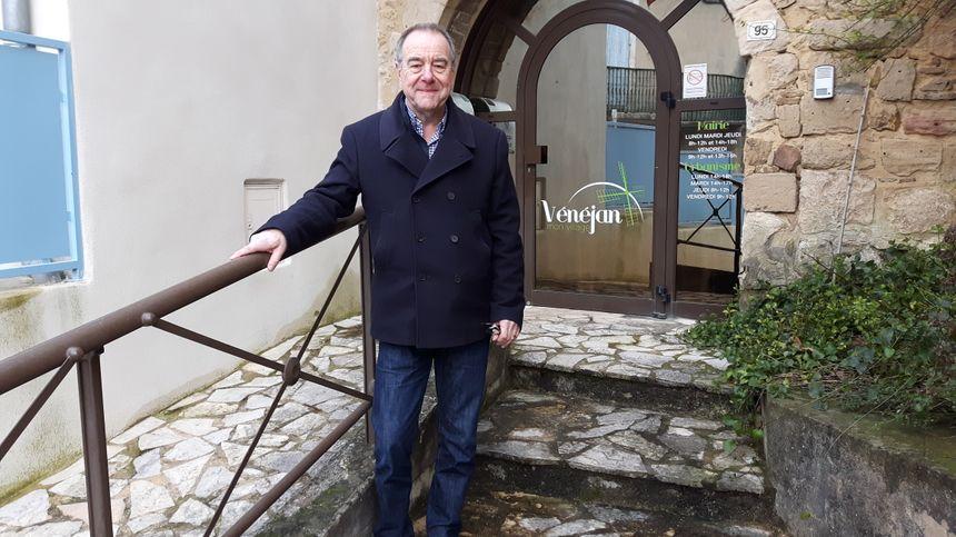 Devant la mairie de Vénéjan Mr Le Maire Bruno Tufféry