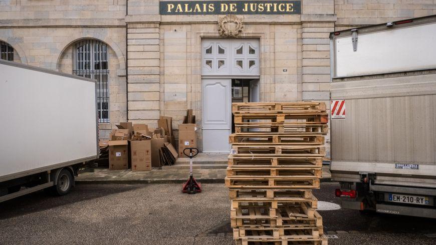 Devanture du Palais de Justice de Vesoul avec les premiers cartons