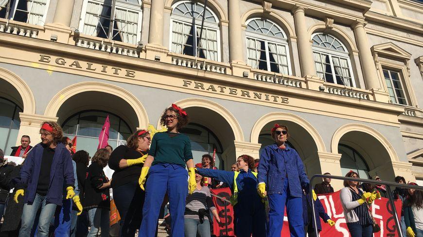 Des Stéphanoises ont entamé une chorégraphie contre la réforme des retraites sur les marches de la mairie
