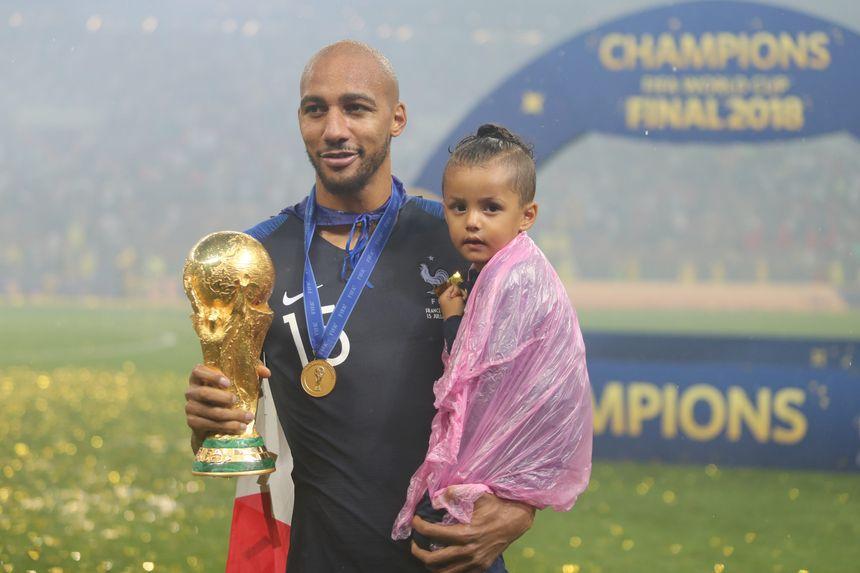 Steven Nzonzi avec sa fille, sur la pelouse après la finale de la Coupe du monde 2018.