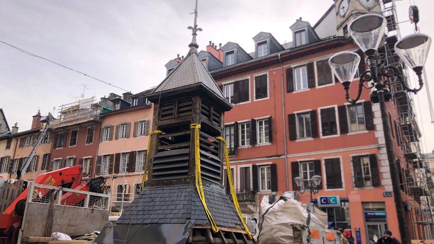 Le clocheton de l'horloge de la place Saint-Léger de Chambéry a été déplacé lundi 13 janvier pour être rénové.
