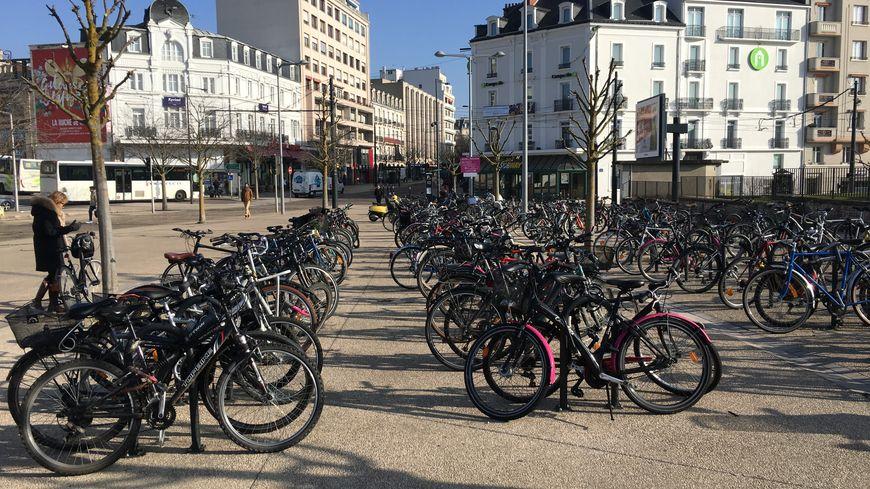 Devant la gare de Dijon, grosse affluence de vélos garés