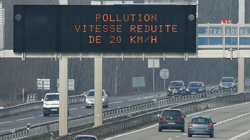 Panneau de réduction de la vitesse de 20 km/h sur l'A35 (photo d'illustration)