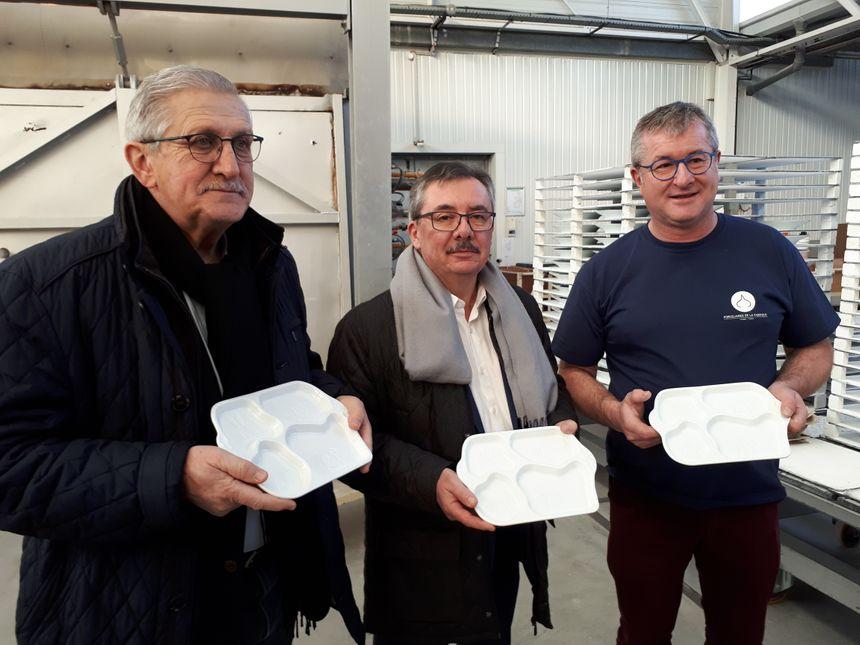 Emile-Roger Lombertie, maire de Limoges, Pierre Allard, maire de Saint-Junien et Daniel Betoule, patron de l'usine La Fabrique, avec des plateaux repas en porcelaine destinés aux crèches.