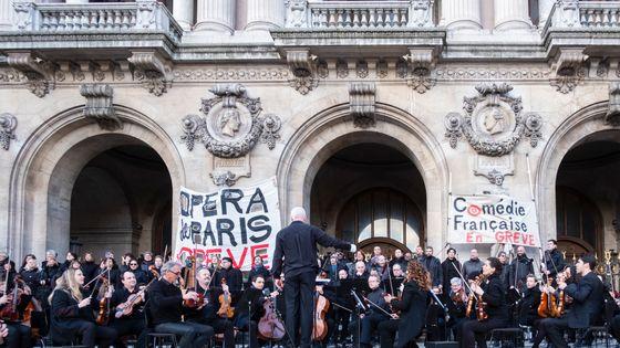 L'orchestre de l'Opéra de Paris a donné un concert gratuit samedi sur les marches du Palais Garnier