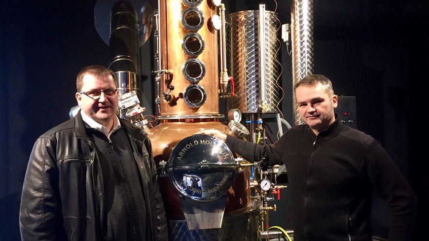 La distillerie du sonneur et la charcuterie Tradition sarthoise travaillent ensemble pour fabriquer de l'eau de vie rillettes