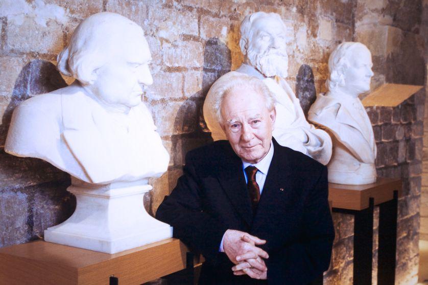 """Portrait de l'historien français Jean Delumeau lors de l'émission """"Bouillon de Culture"""" sur les visages de la violenc, le 12 janvier 2001.• Crédits : Frederic REGLAIN - Getty"""