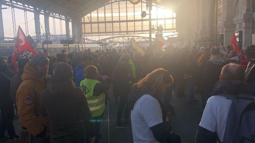Des manifestants opposés à la réforme des retraites ont mené une action à la gare de La Rochelle