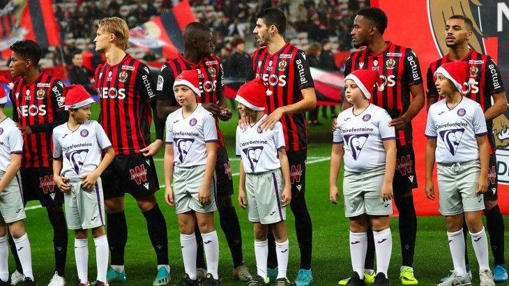 Le 21 décembre dernier les enfants qui accompagnaient les joueurs à leur entrée sur la pelouse de l'Allianz Riviera portaient un bonnet de père Noël.