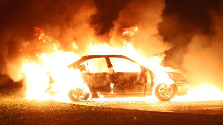 Une voiture en feu. Photo d'illustration