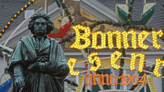 Statue de Beethoven devant le marché de Noël à Bonn, en Allemagne