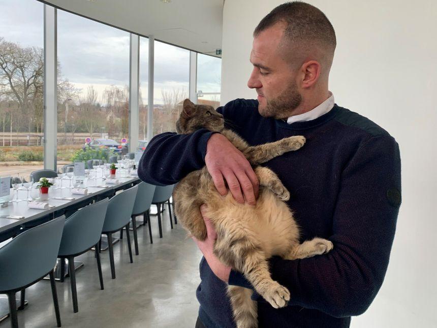 Benoît Qoeugnet est le chef de cuisine, il adore les chats mais Marcus doit rester à sa place