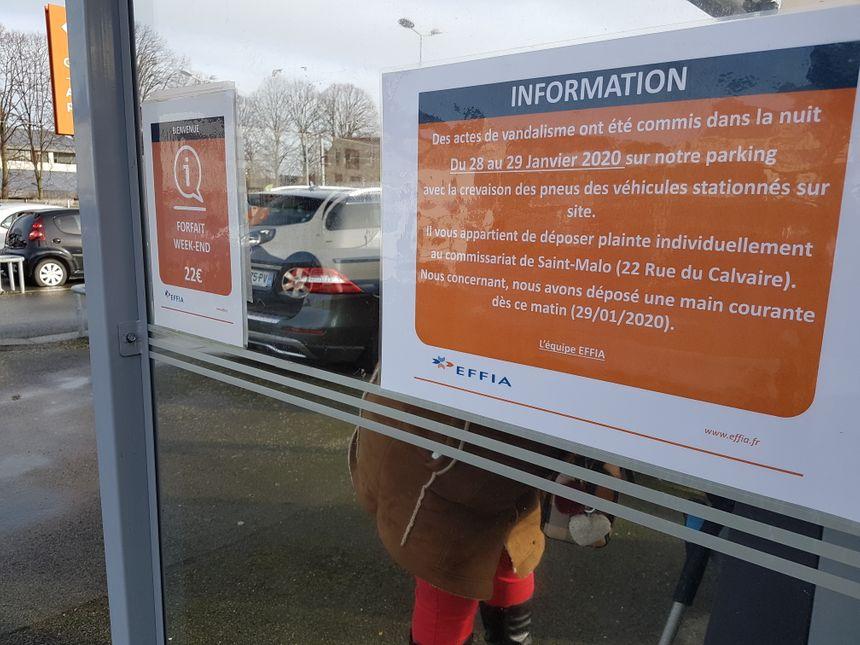 Des pancartes ont été placardées par la société gérante du parking SNCF pour prévenir les abonnés de l'acte de vandalisme. Beaucoup doivent rentrer ce vendredi 31 janvier.